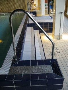 Ytterligare ett exempel på handledare vid bassäng.