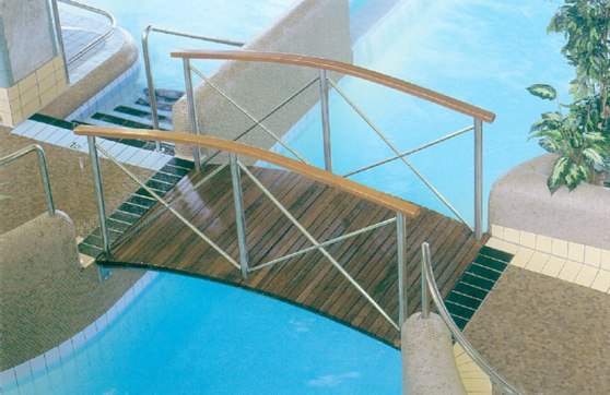 Bro över simkanal. Kan utformas i olika sätt och i olika längder.