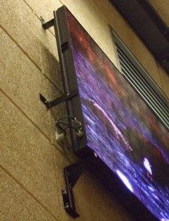 Exempel på väggfäste till display. Detta väggfäste kan naturligtvis skräddarsys till varje anläggning. Väggfästet offereras separat.