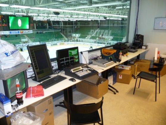 Regirummet på Lindab Arena. Härifrån styrs displayer, kameror och kontakten med internet.