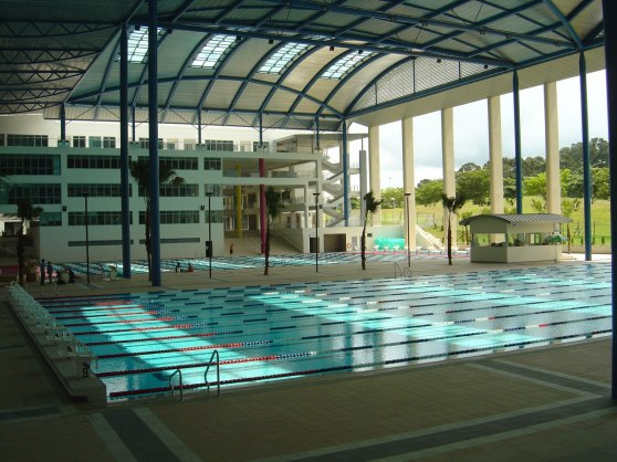 I det här fantastiska simkomplexet i Singapore finns det två 50 meters bassänger. Fullt utrustade med produkter från Antiwave. Hälften inne hälften ute. Mycket olikt skandinaviska förhållanden.