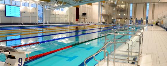 Lyftplan integrerat i bassängkanten. Fungerar som hiss för personer som använder rullstol och som själv kan sköta upp och nedfarten ur vattnet.