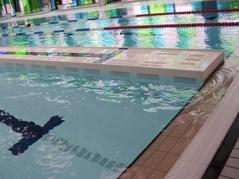 På några ställen i Europa har man gjort mellanväggar - som har varit längsgående. Dvs i 25 meters bassänger har man haft 25 m långa väggar. På ena sidan ett höj och sänkbart golv på andra sidan en vanlig motionsbassäng. Ner med väggen och botten - puff så har man en vanlig 25 meters bassäng.