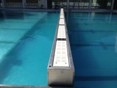 Standardbrtedden för en tippbarvägg är 30 cm. Men numera kan vi göra den upp till en meter tjock - det betyder att man kan gå på den.. Fördelen med  en tippbar vägg är att man kan installera den i befintliga bassänger (under vissa premisser).