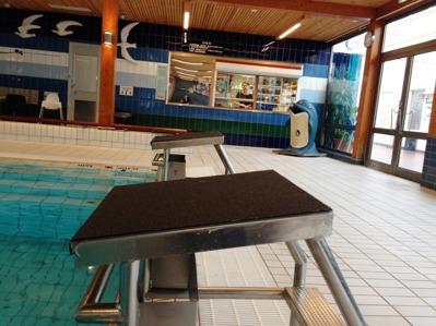 I Lidköpings badhus har man satt nya ytbeläggningar på startpallarna på badet. En jämn och säker ytan har man därmed skapat för sina badande. (mars 2015)