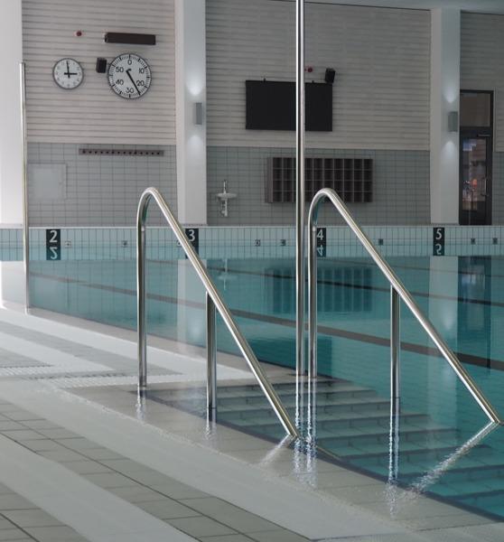 På väggen bakom bassängen finns 3n display på 2000 x 1000 m och en träningsklocka av analogt snitt. På bilden saknas startpallar som monteras inom kort.