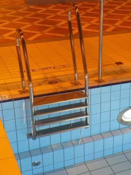 Pr-Nr 400 04 är en fyrstegslejdare och är den vanligaste i svenska bassänger.. Ju fler steg ju enklare att kliva upp ur vattnet. För att underlätta upp och nedgång i bassängen har man också olika höjder på handledarna - dessa är dessutum lutande inåt land för bekvämlighetens skull.