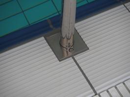 Låsbart golvfäste till ryggsim- tjuvstartstolpe.