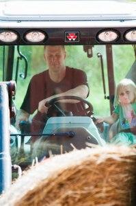 Sven och Isabelle kör in höbalar