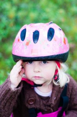 Isabelle cyklade till skogen.