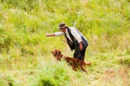 Här visar han sin hund vart den ska.