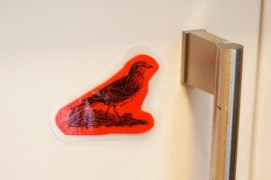 I det här skåpet fick inte barnen vara. De röda fåglarna skulle sätta stopp för det.