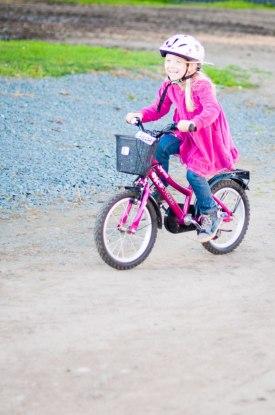 Tilda lärde sig cykla förra sommaren, men det är inte förrens nu hon tycker att det är roligt.