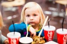 Isabelle äter mat på Soya/A6.