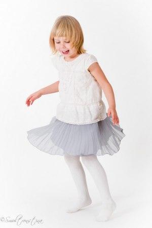 Fina Alice snurrar med sin kjol.