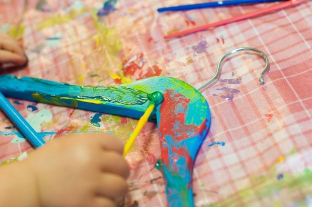 Isabelle målar på sin blåa galge.