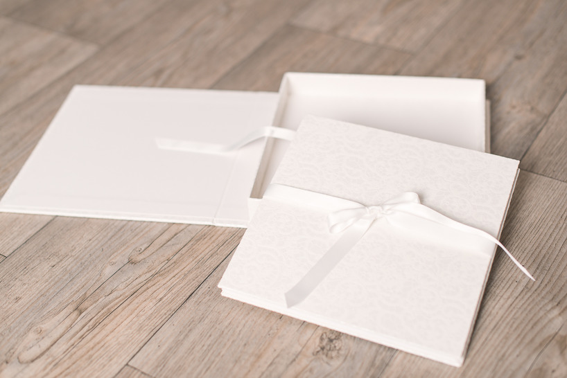 Vitt vikalbum med box.