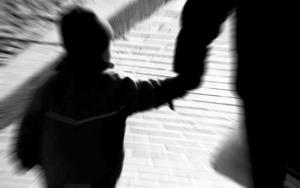 """""""Så länge vi avskärmar oss från företeelsen att mödrar avsiktligt kan vilja sitt barn illa kan vi inte hjälpa barn och vuxna med sådana erfarenheter"""", skriver debattören."""