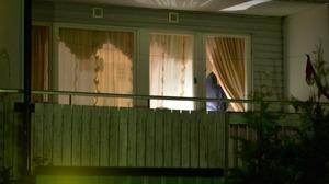 En person har hittats död och ytterligare en person allvarligt skadad i Upplands-Bro – polisen misstänker mord och mordförsök
