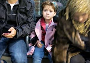 I vattnet mellan Turkiet och Grekland hölls hon ovanför ytan av sin pappa, hans kusin och sin mamma när deras båt gått sönder. De räddades upp ur vattnet av grekisk polis