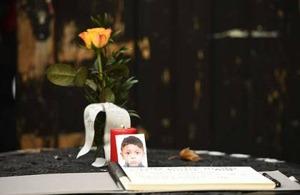 I fyra veckor har Tyskland engagerat sig fallet med den försvunne flyktingpojken Mohamed, 4.  På torsdagen hittades han död i bakluckan på en bil.  Ägaren till bilen greps för brottet efter att han an