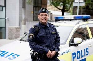 GÖMDE SIG FÖR POLISENNär John Franco kom till Sverige som femåring levde han som papperslös tillsammans med sin mamma under flera år. Han umgicks med kriminella under uppväxten - att han ändå växlade