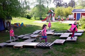 Säkerhetstänkandet kring barns lekmiljöer går bakåt i Sverige. I Nya Zeeland slopar man idag hämmande säkerhetsföreskrifter och får stöd av forskare: olyckstillbuden minskar. Lärarna rapporterar om me