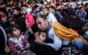 En far tröstar sitt barn bland väntande migranter och flyktingar utanför bussterminalen i Istanbul i september 2015.Foto: Yasin Akgul