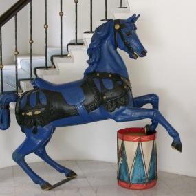 Blommeröd karusellhäst
