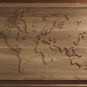 Födelsedagspresent. Världskarta i relief, massiv ek. Vit prick för huvudstäderna. ca 105 cm x 75 cm x 5 cm