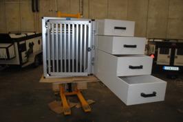 Enkelbur med stora lådor bredvid