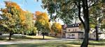 Hagabergs folkhögskola är belägen i vacker omgivning bland lummiga träd i maj månad.
