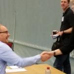 Tony Mullborn, klubbchef på Dalsjö GK, skakar hand med 20 andra företagsledare