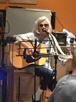 Gitarr och sjunga är skoj också  ~ Här spelar och sjunger jag på Fruttis i Brasilien, November 2018