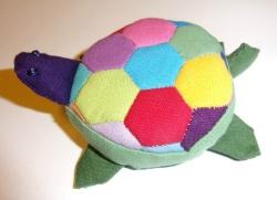 Sköldpadda som gömmer ett måttband.