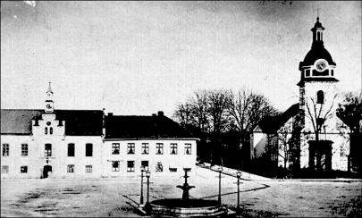 Bilden (1880-talet) ger ett tidstypiskt utsnitt vid Torget av Skövdes viktigaste byggnader efter branden. Rådhus, Skola och Kyrka. (Skövde Stadsmuseum)