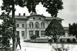 1910 och klocka i övre fönsterrad