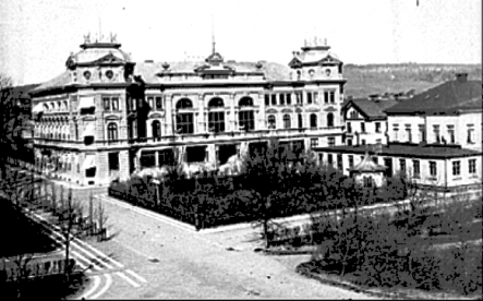 1890-tal korsningen Mörkegatan, Hertig Johans gata just framför Stationsbyggnaden. Nyplanterade alléträd mitt emot trädgårdsserveringen. (Skövde Stadsmuseum)