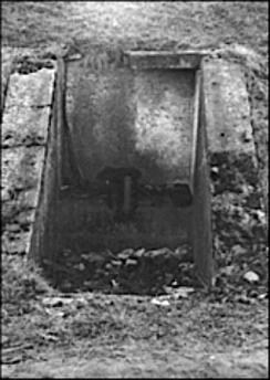 Ett annat led in brunnsdrickandet och hälsovattnet i Skövde från direkta källor var Jungfrukällan som skapades i kanten av nedfarten under järnvägen för undergången 1877. (Skövde Stadsmuseum)