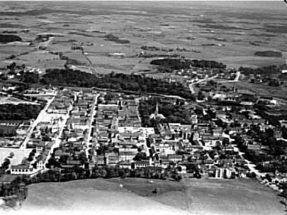 Flygbild 1930-talet med Nyströms kullar i förgrunden och Boulognerskogen som avslutning på staden i öster. (Skövde Stadsmuseum)