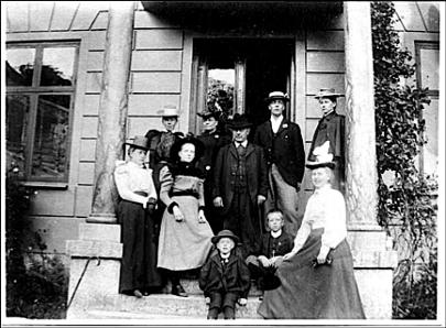 Familjen Grönvall kring sekelskiftet på trappan till sitt hus på Kyrkogatan 2 byggt efter modell av faderns tidigare hem i Göteborg på Västra Hamngatan 6. (Familjen Grönvall)