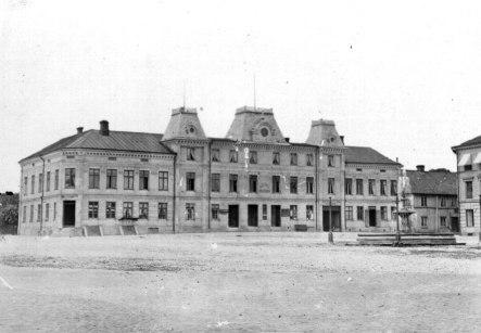 1870-tal Hotell Scandinav vid Torget en praktfull byggnad med 18 fönsterrader mot Torget. Horisonterna var verkligen vidgade från förr och man satsade stort! Revs 1939. (Skövde Stadsmuseum)