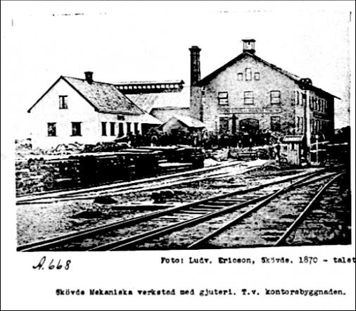 Troligen den äldsta bilden på Verkstaden från 1870-talet, efter 1876 års spårutbyggnad. Undergången tycks inte vara byggd ännu (1878). (Västergötlands Museum)