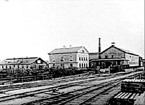 Bild från 1890-talet visar det nya kontorshuset (1888) och bron över undergången i Kungsgatans förlängning (1877-78). (Västergötlands Museum)