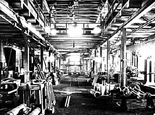 1904 och samma år som SAJ dagligen for förbi alldeles utanför den här fabrikslokalen med artificiellt ljus av hög kvalitet för arbetarnas och produktionens bästa. (Västergötlands Museum)