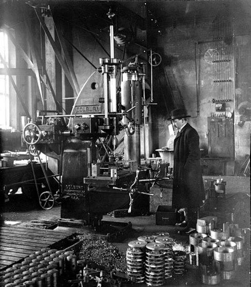 Skövde Mekaniska Verkstad har nu blivit Pentafabriken och direktör Grönvall inspekterar kanske för sista gången sin fabrik.Han dog av slaganfall söndagen den 3 februari 1924. (Västergötlands museum)