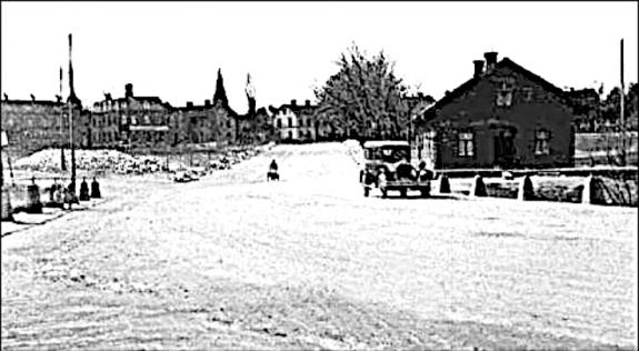 Mörkegatan utgick förr från en plats närmare Sandtorget och det enda som kan ses idag är en del träd från allén. (Bild Skövde Stadsmuseum)