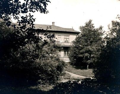 Baksidan av huvudbyggnaden mot Boulognerskogens promenadvägar. (Skövde Stadsmuseum)