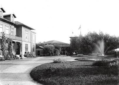 Framför huvudbyggnaden med fontänen påslagen. (Skövde Stadsmuseum)