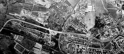 """Från nederkant på kartan mitt i bild svänger det 1915 byggda Carlsro-spåret rakt västerut upp till Carlsro-området. Senare blev det """"Durox-järnvägen"""" för många. SAJ svänger upp lite mer t h på kartan."""